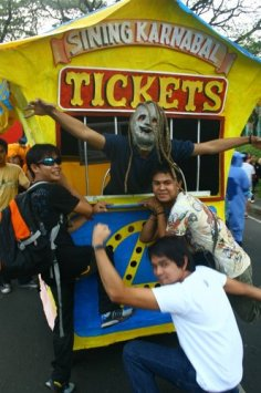 Monster inside the float... Photo by Ryan Tizon '07